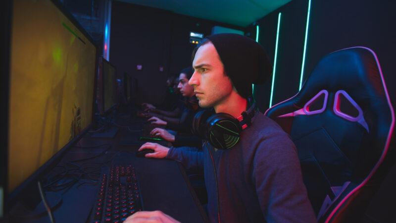 Henkilö pelaa tietokoneella