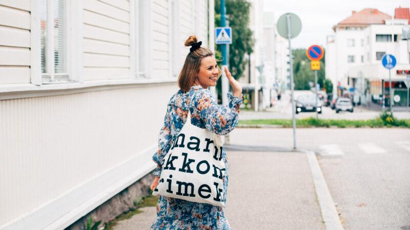 Nainen vilkuttaa Kajaanin keskustassa